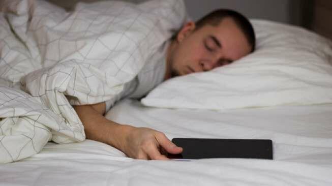 Tidur dengan Ponsel Menyala Sebabkan Pusing?