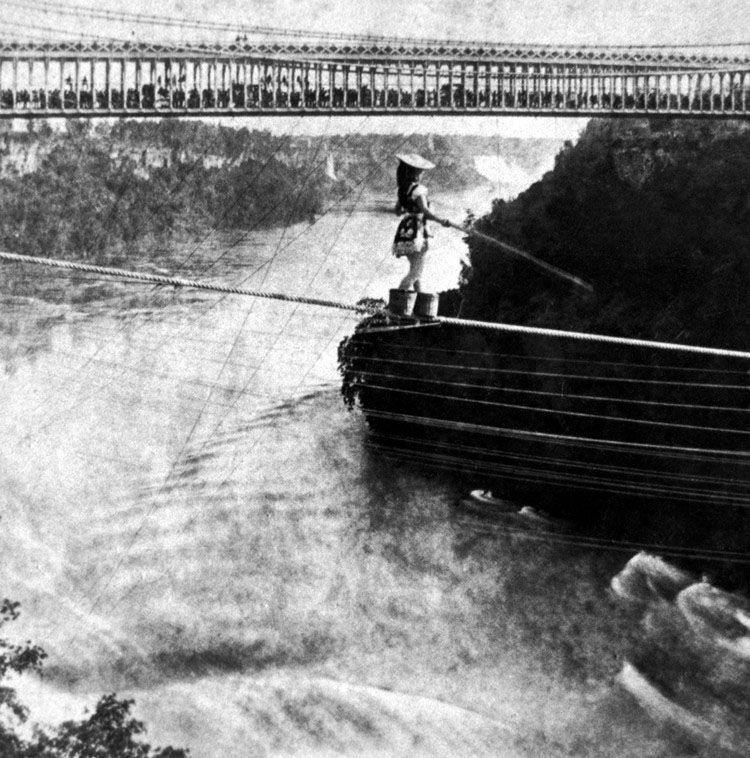 wanita pertama yang menyebangi air terjun niagara