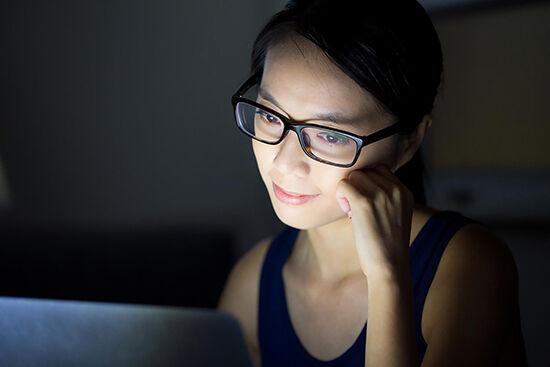 Bedanya Menggunakan Komputer Siang dan Malam Hari
