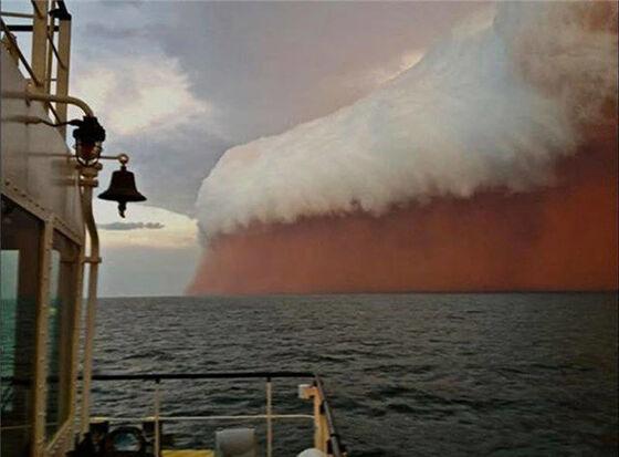 Badai ini terjadi di atas laut di Australia