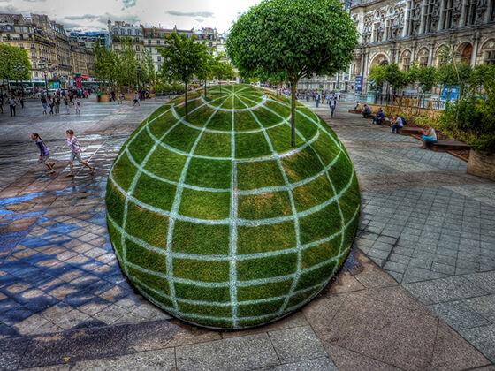 Bulat atau datar, tempat Ini terletak di luar Balai Kota Paris