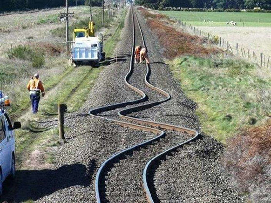 Rel kereta ini belok, akibat gempa bumi di Selandia Baru