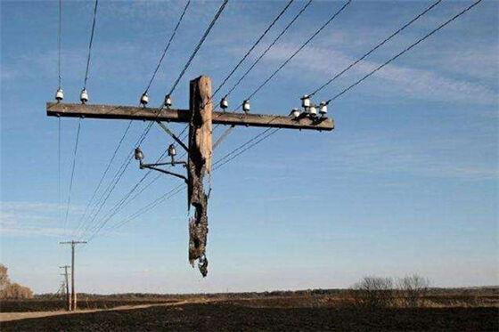 Ini sebenarnya tiang saluran telepon yang hancur sebagian karena kebakaran di Rusia