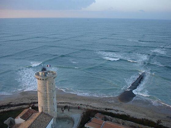 Ombak lautnya berbentuk kotak-kotak