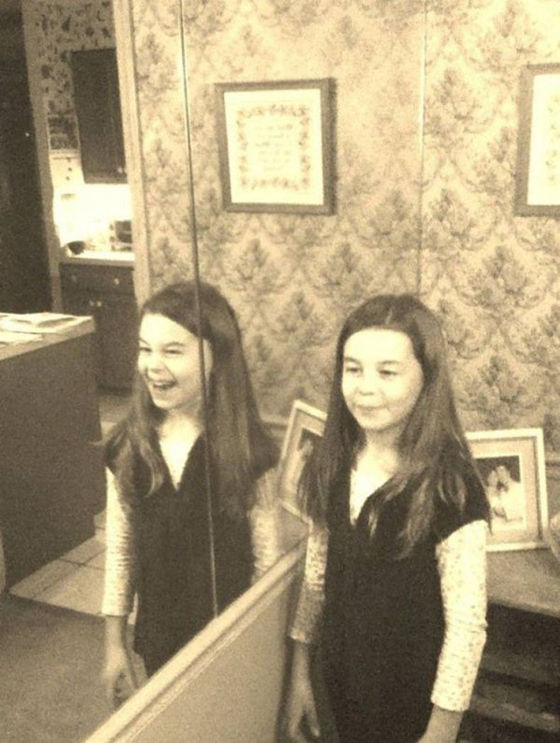 Apa Mereka Kembar Jika Tidak Bagaimana Mungkin Refleksi Cermin Punya Ekspresi Yang Berbeda