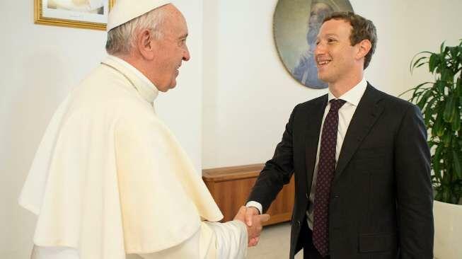 Bos Facebook Hadiahkan Sebuah Drone untuk Paus Fransiskus