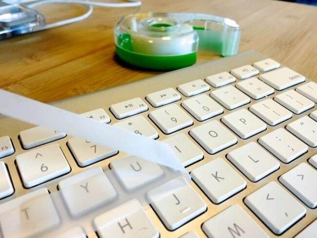Selotip Untuk Membersihkan Keyboard