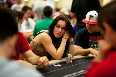Wanita Cantik Pemain Poker 1