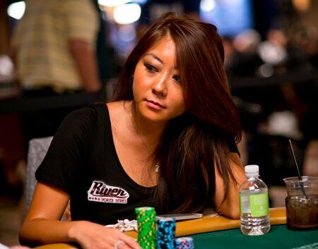 Wanita Cantik Pemain Poker 3