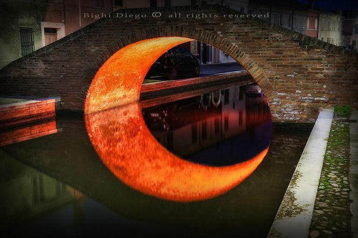 Refleksi Jembatan Yang Membentuk Bulan