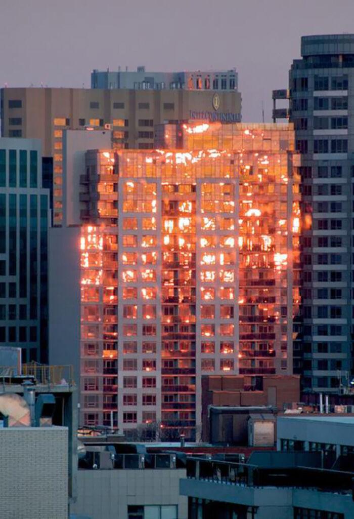 Refleksi Sunset Yang Membuat Gedung Seperti Terbakar