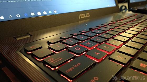 Keyboard dengan LED-backlight merah khas ASUS ROG