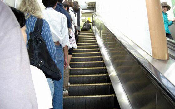 Dilarang Naik Eskalator di Sebelah Kanan