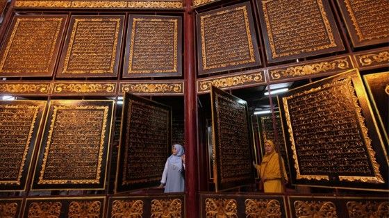 Al Quran Kayu Terbesar 812de