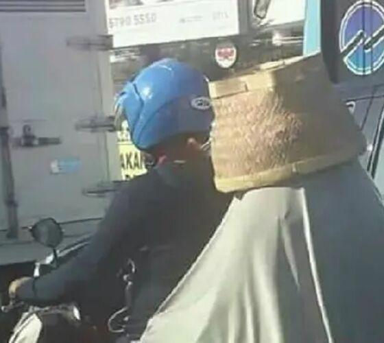 Emak Ganti Helm Pakai Bakul E8788