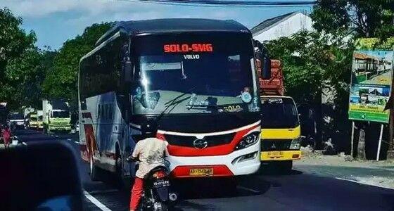 Emak Nantangin Bus 98598