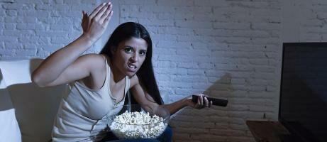 3 Hal Paling Menyebalkan Saat Menonton TV