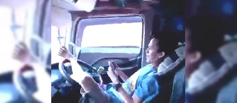 Video: Gila! Orang Ini Nyetir Truk Pakai Kaki Sambil Main COC