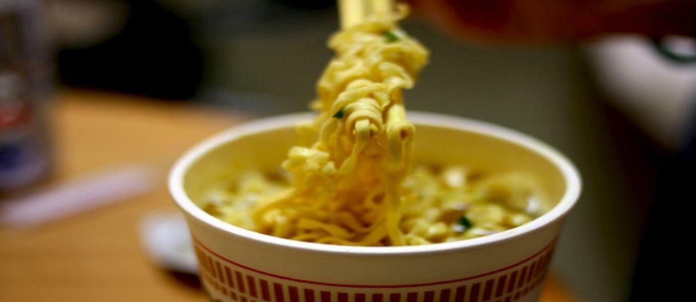 Masih Berani Makan Mie Instan Setelah Lihat Video Ini?