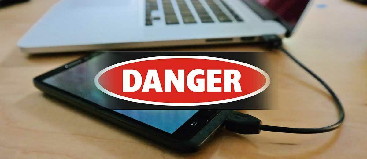 3 Bahaya Nge-Charge Smartphone Menggunakan Laptop