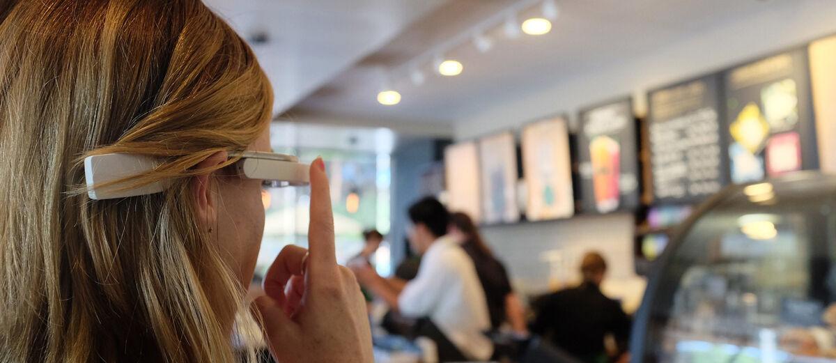 Keren! Kacamata Pintar Ini Bisa Bantu Tunanetra Melihat Hal Di Sekitarnya