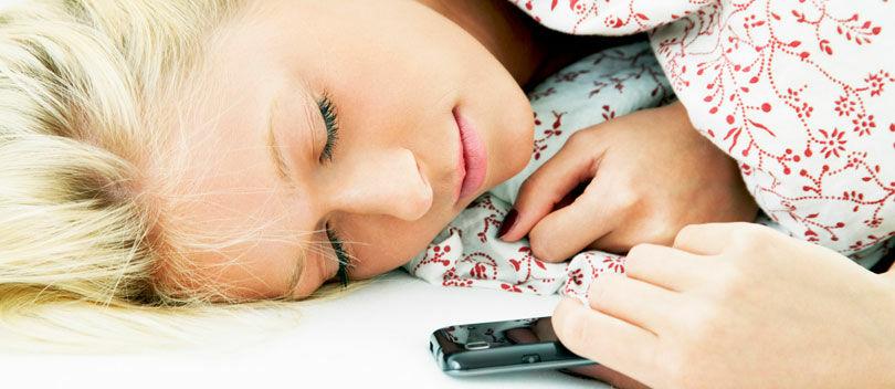 BAHAYA! Main Smartphone Sambil Tiduran Bisa Menyebabkan Kebutaan