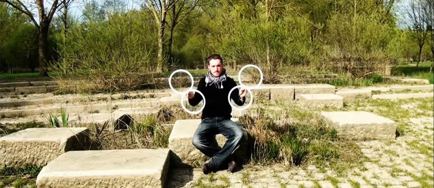 Pria Ini Mempertunjukkan Atraksi Juggling Yang Menakjubkan Dengan