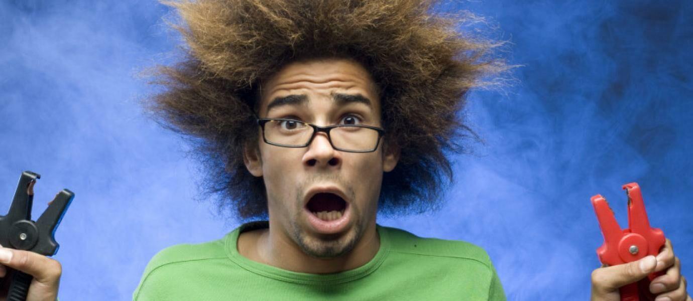 Jangan Coba Coba Pakai Headset Sambil Charge HP Pria Ini Nyaris