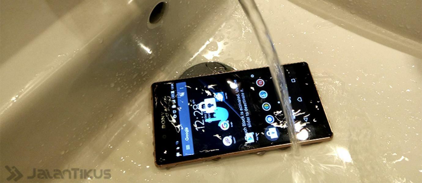 5 Hal Penting yang Harus Segera Dilakukan Jika Smartphone Tercebur Air
