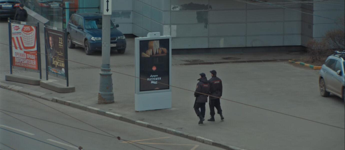 Papan Iklan Ilegal Ini Bisa Sembunyi Apabila Berpapasan dengan Polisi