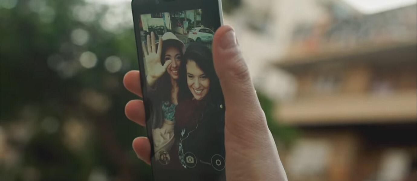 Cara Keren Selfie Otomatis Hanya dengan Melambaikan Tangan