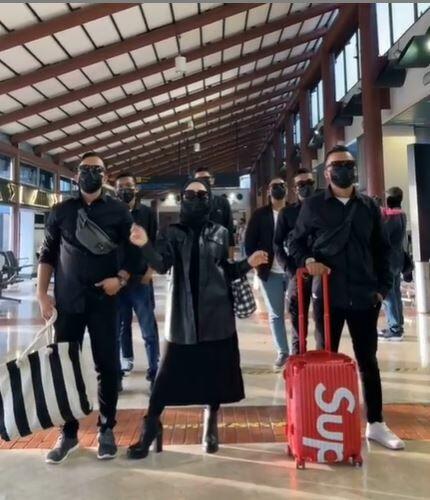 Herlin Kenza Dengan 9 Bodyguard Dc030