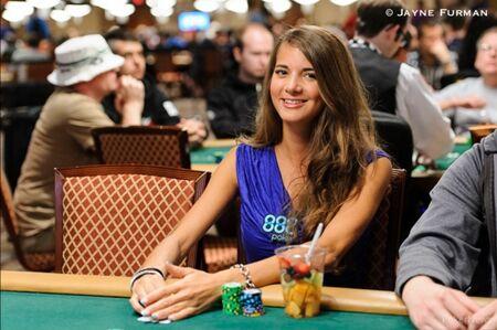 Wanita Cantik Pemain Poker 7