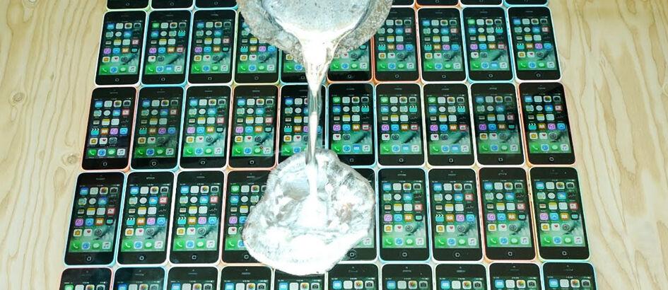 Terlanjur Kaya, Orang Ini Hancurkan 50 iPhone Sekaligus