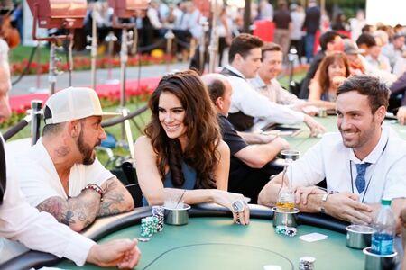 Wanita Cantik Pemain Poker 6