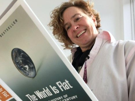 Kay Burns Artis Yang Percaya Teori Bumi Datar Df2b0