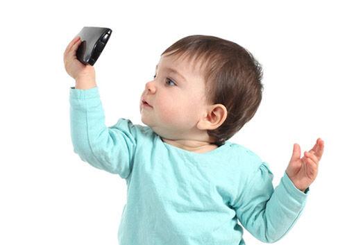 Gambar3 Infant With Smartphones