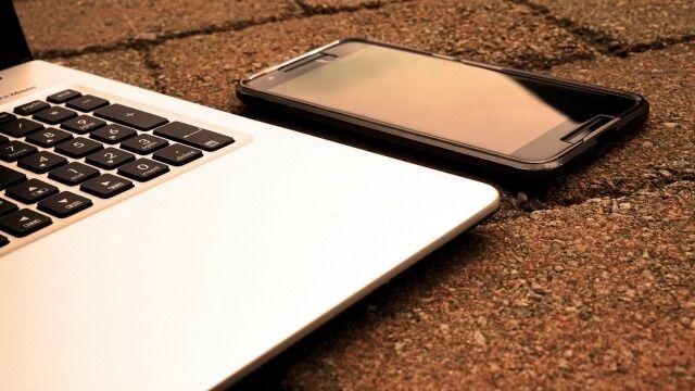 Smartphone di Dekat Komputer