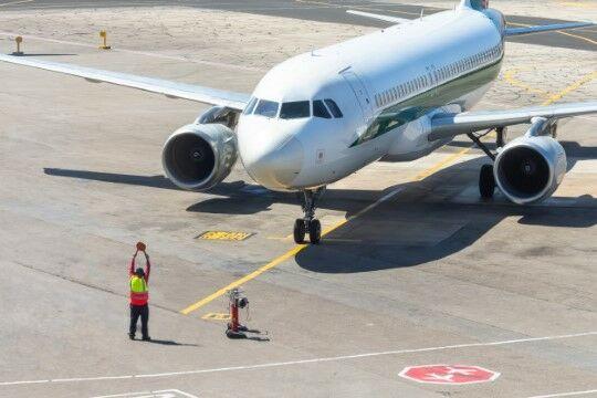 Tukang Parkir Pesawat 7f0fc
