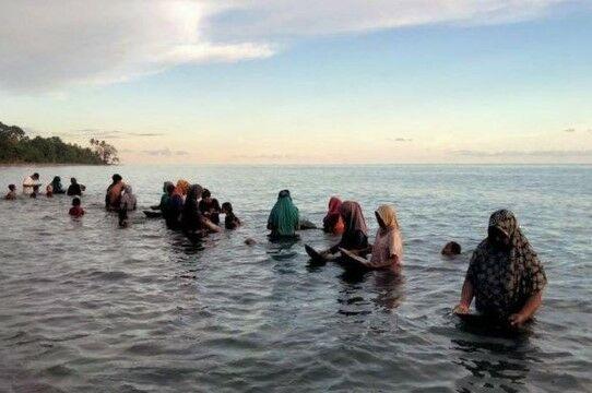 Emas Di Pesisir Pantai Maluku 648e5