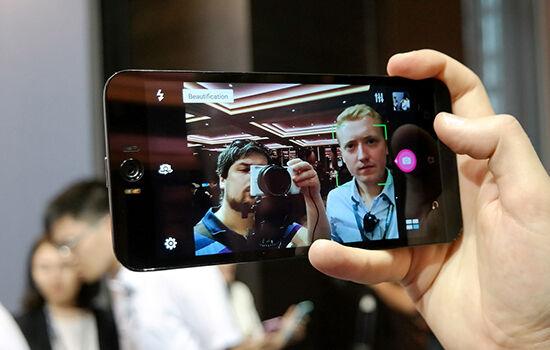 Smartphone Dengan Kamera Depan Terbaik 1