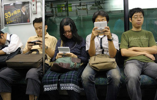 Kebiasaan Unik Orang Jepang Saat Pake Smartphone 4jpg