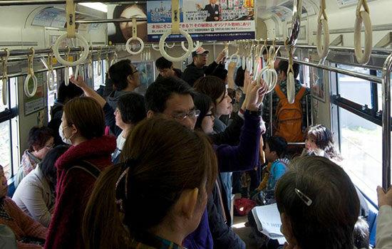 Kebiasaan Unik Orang Jepang Saat Pake Smartphone