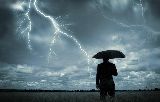 pake-smartphone-saat-badai