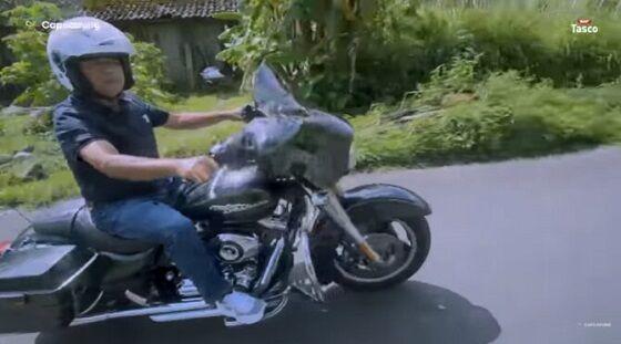 Suharto Bersama Motor Harley Davidson Miliknya 684a2