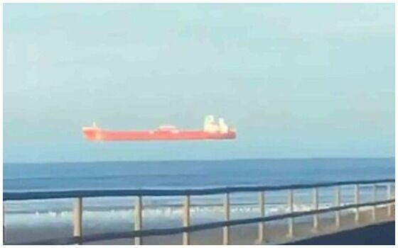 Viral Foto Kapal Melayang Di Laut E4240