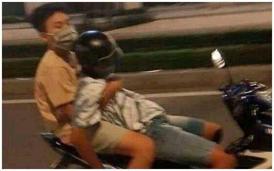 Potret Cowok Saling Bantu Ini Bikin Salah Paham Motor 27dca