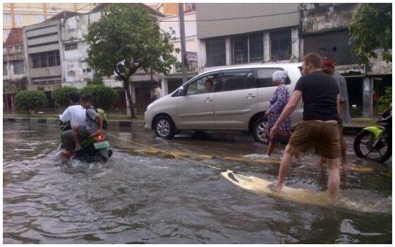 Foto Yang Membuktikan Orang Indonesia Paling Berani Sedunia Banjir 3f2ed