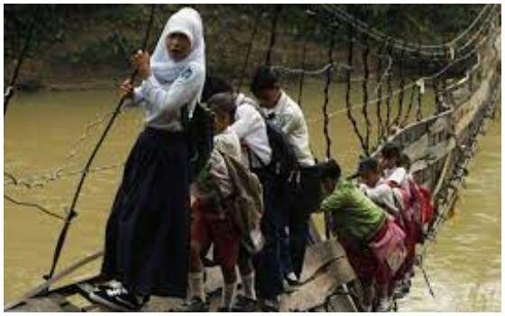 Foto Yang Membuktikan Orang Indonesia Paling Berani Sedunia Jembatan Mau Putus F4afe