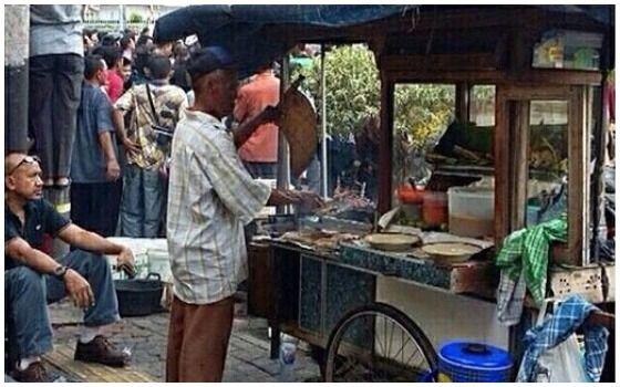 Foto Yang Membuktikan Orang Indonesia Paling Berani Sedunia Jualan Sate 2f7d6